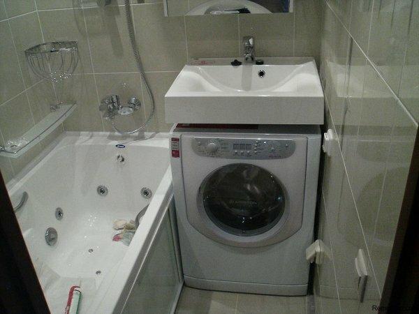 Даже в маленькой ванной комнате можно установить джакузи