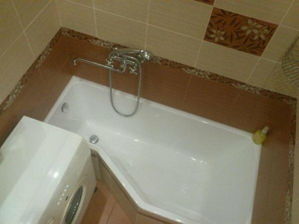 Для очень маленьких помещений есть ванны необычных форм, что позволяет вставить стиральную машинку