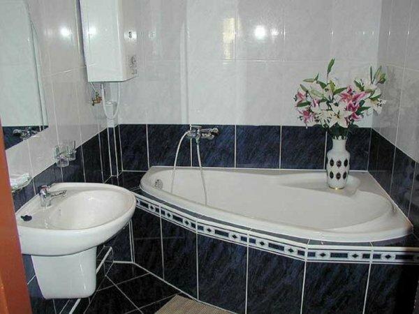 Для хрущевских ванных комнат лучше покупать ванну небольших размеров и немного зауженную к краю