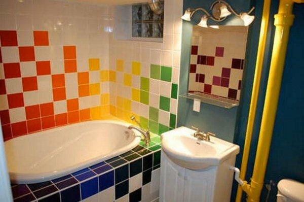 Яркости в ванной комнате можно добиться, выложив средней плиткой интересную мозаику