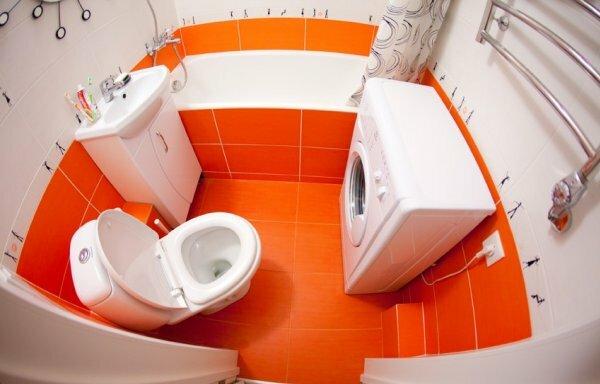 Оранжевый цвет приятно разнообразит любое помещение, даже самую маленькую ванную комнату