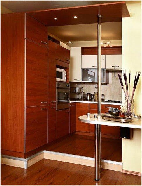 Разместив кухню на подиуме, можно маленькое помещение поделить на зону готовки и зону питания