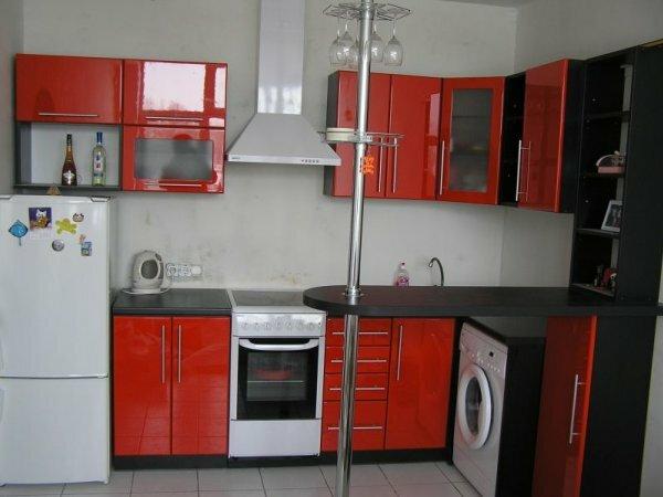 Примеры сочетания белой техники с темно-оранжевым и черным гарнитуром размещены в каталогах популярных дизайнеров