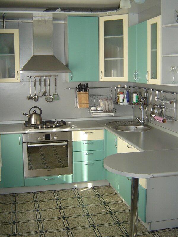 Часто используемую посуду (тарелки и чашки) можно оставлять на специальной подставке