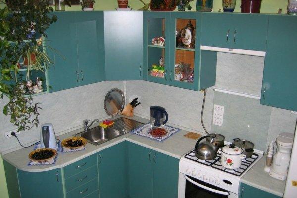 За кухонным гарнитуром с такой расцветкой намного легче ухаживать