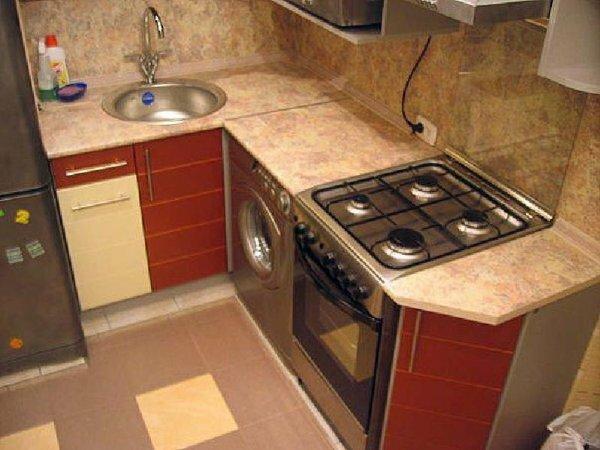 Даже в маленькой кухне можно найти место для стиральной машинки