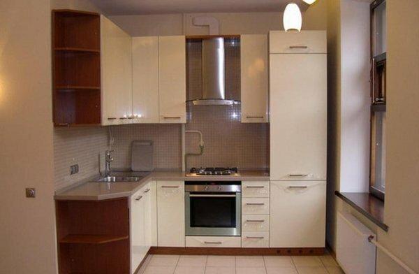 В удобных открытых угловых полочках можно разместить все что угодно: декоративную посуду или бар
