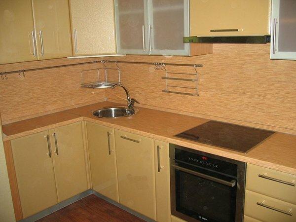 Светлые оттенки мебели всегда будут делать светлее даже самую темную кухню