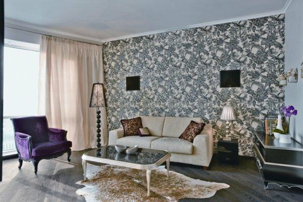 Гармоничное сочетание оттенков обоев и ламината – придаст комнате завершенный вид