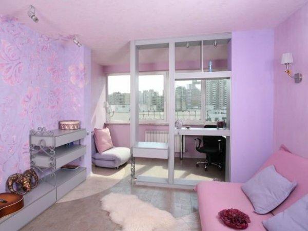 Сиреневая комната с текстурными обоями