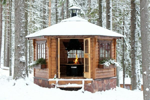Уютная зимняя беседка с мангалом
