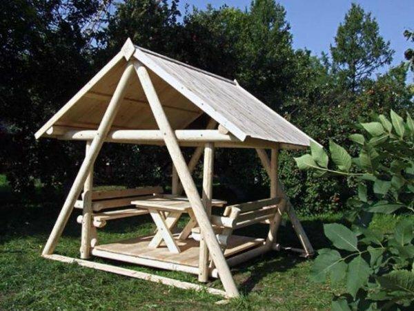 Беседка-треугольник из бревен