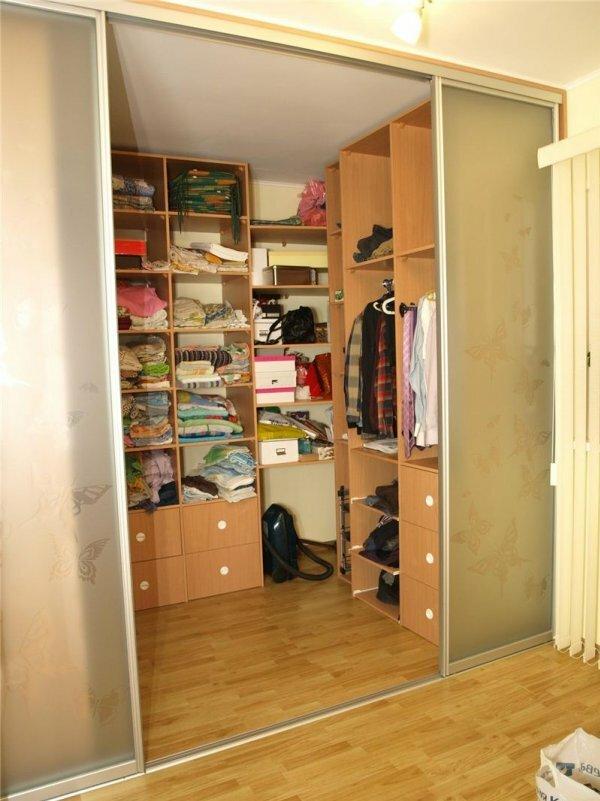 Угловая гардеробная с раздвижными дверями