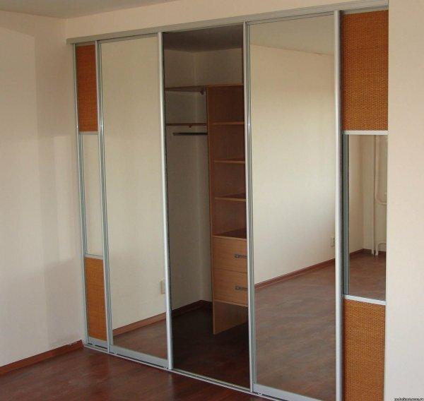 Ниша со стеллажами в квартире-студии