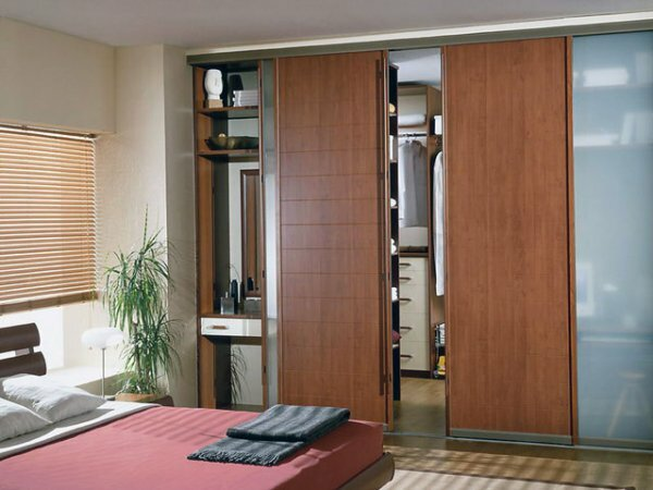 Встроенная гардеробная с полупрозрачной дверью