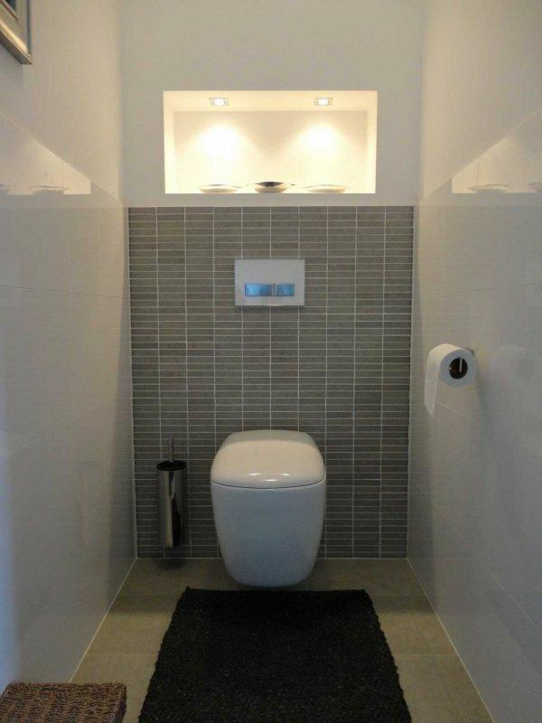 Белый туалет с акцентной стеной «Циновка»