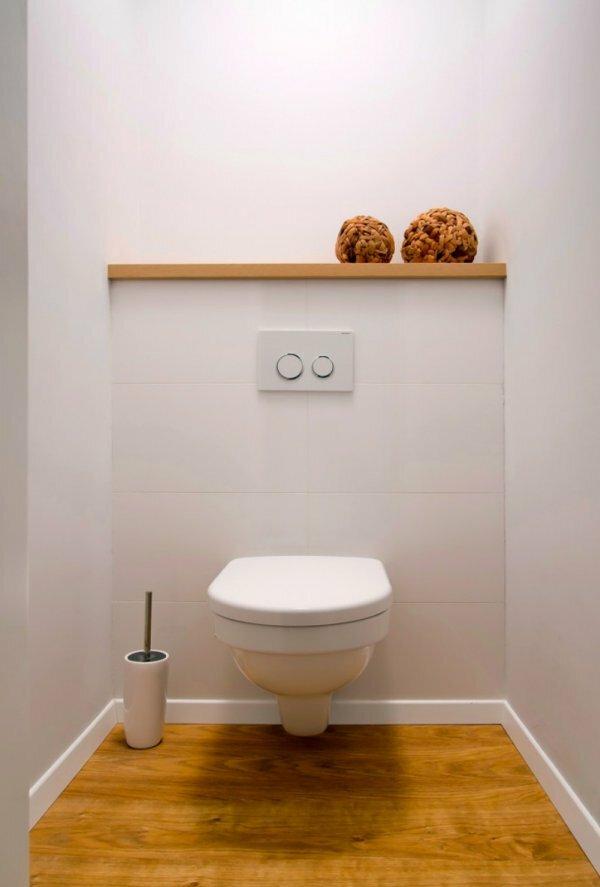 Бело-бежевый туалет в деревенском стиле