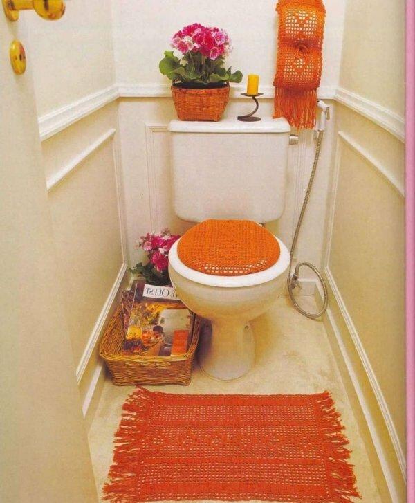Бело-оранжевый туалет