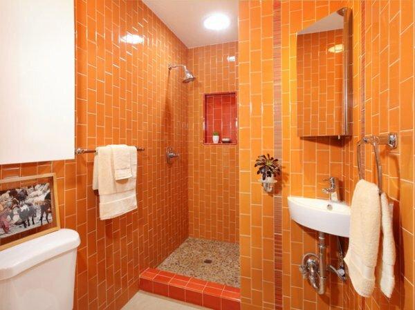 Оранжевая с душевой кабиной в нише