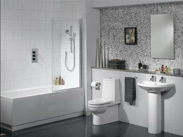 Белый совмещенный туалет.