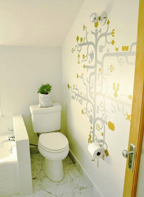 Белый туалет с художественной росписью