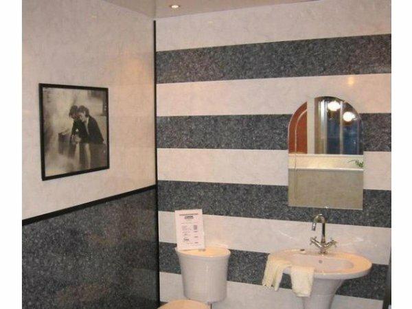 Контрастный туалет в стиле ретро