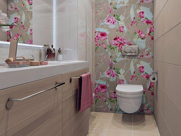 Туалет с флористической акцентной стеной и деревянными панелями