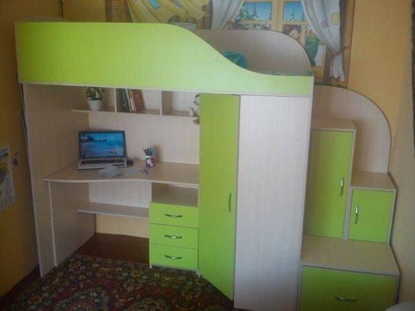 Кровать-чердак с комодом и письменным столом