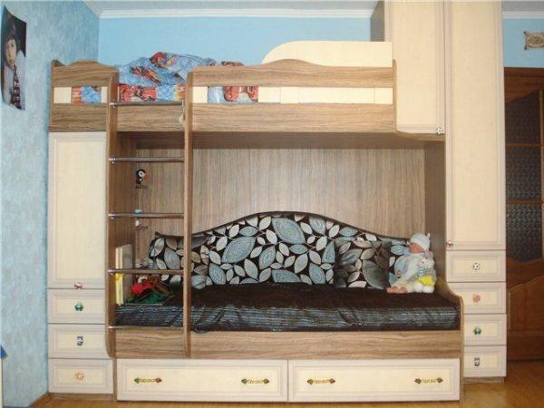 Кровать-чердак со шкафами и полукруглым диваном
