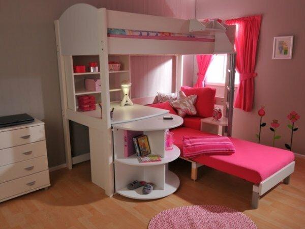 Розовый «домик принцессы» у окна