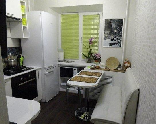 Кирпичная кладка и полуовальный стол ‒ отличное решение для молодежной кухни