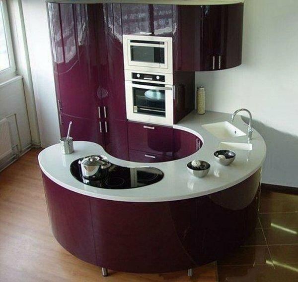 Поклонникам угловых кухонь понравится и ее полукруглый вариант для квартиры-студии