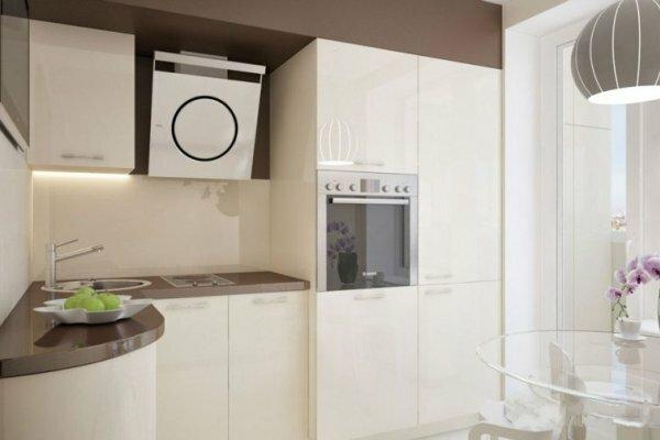 Белый свет благотворно влияет на пространство, а встроенная техника и мебель помогают сделать его шире