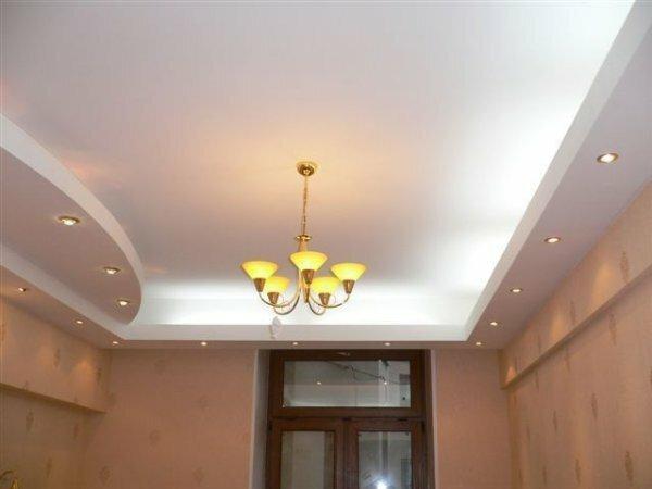 Двухуровневый однотонный потолок для небольшой кухни