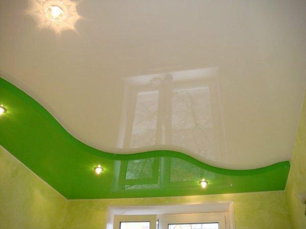 Зеленый глянцевый потолок для небольшой кухни