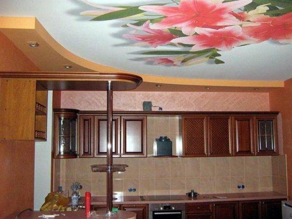Нежные орхидеи оживляют пространство кухни