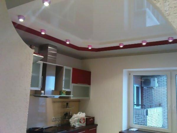 Бело-красный дизайн и встроенные точечные светильники
