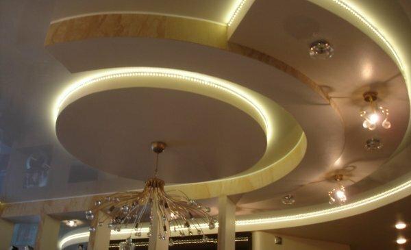 Двухуровневая «спираль» с подвесными светильниками