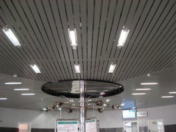 Открытый потолок с подвесными светильниками