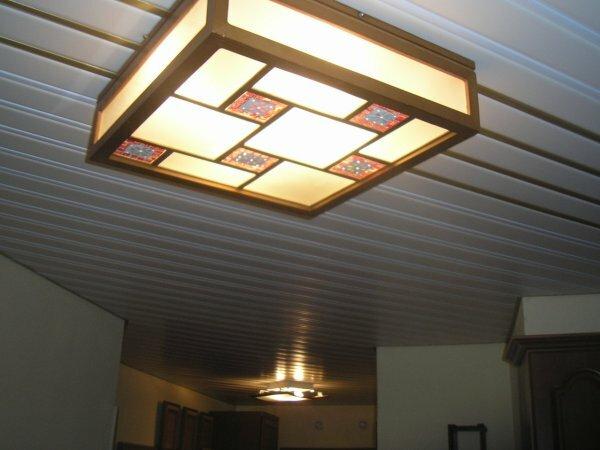 Белые глянцевые с оригинальным мозаичным светильником