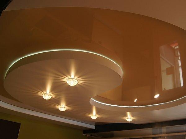 Глянцевый потолок с декоративными потолочными светильниками