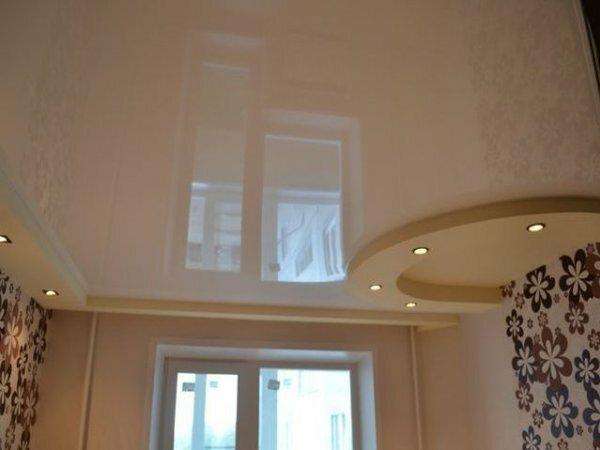 Глянцевый однотонный потолок с подсветкой обеденной зоны