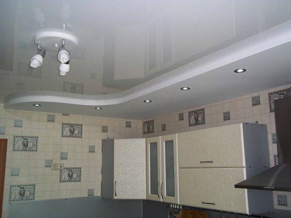 Белый двухуровневый потолок с точечными светильниками