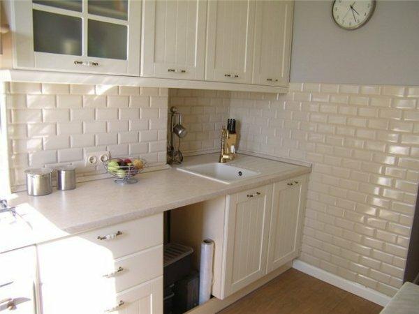 Молочно-белый «кабанчик» визуально увеличивает кухню