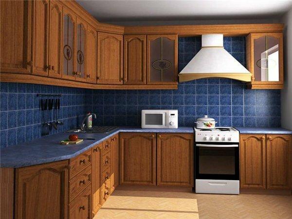 Синяя плитка и коричневый деревянный фасад