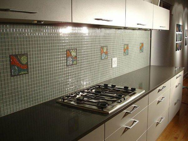 Серый мозаичный фартук с витражными вставками