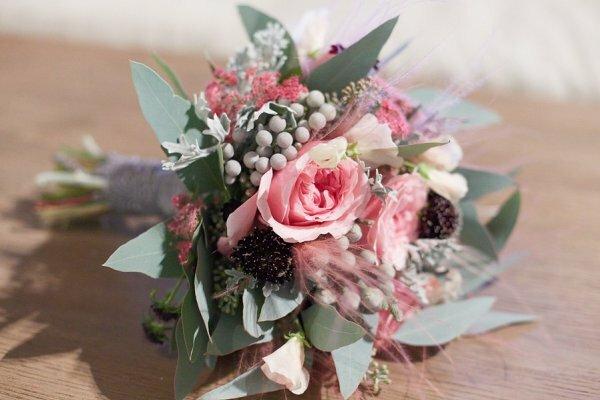 Всего несколько садовых роз в сочетании с фактурной зеленью – недорогой и невероятно стильный подарок