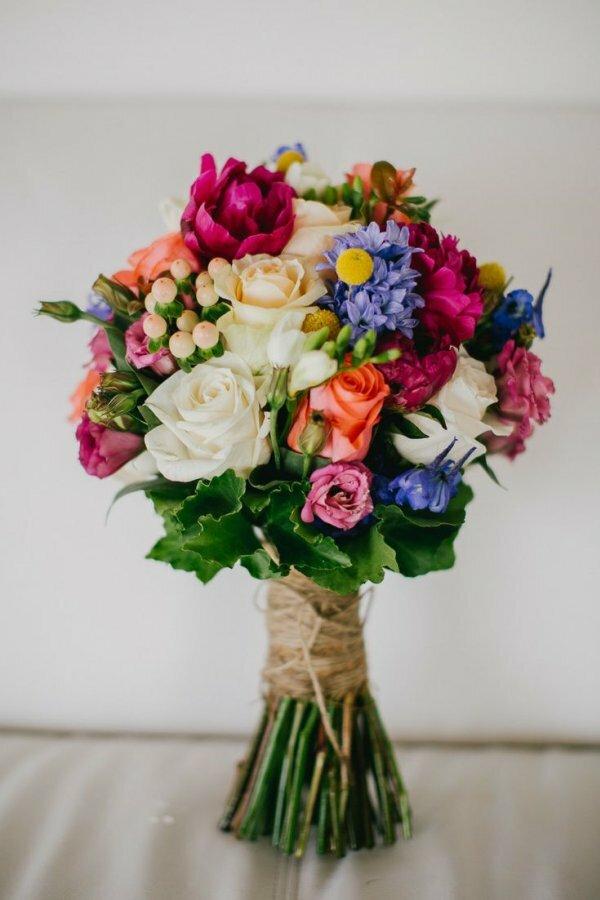 Несколько сортов роз, фиалки, зелень в невероятном сочетании, которое не может не понравиться