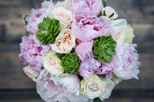 Крупные розовые пионы Сара Бернар, белые садовые розы Вайт Охара, кремовые кустовые розы с эхеверией и питтоспорумом