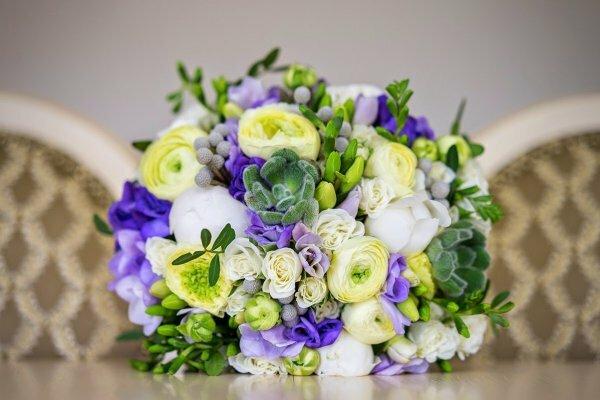 Пионы, фрезии, ранункулюсы, кустовые розы и эхеверии